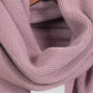 Розовый трикотажный шарф